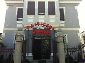 Το ζαχαροπλαστείο VIENA στο κέντρο της Κορυτσάς