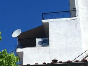 Η αντλία θερμότητας της ADTHERM διακρίνεται στο μπαλκόνι της οικίας του Μιχάλη Παλάσκα στο κέντρο των Γρεβενών
