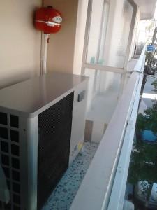 Η αντλία χαμηλών θερμοκρασιών 8 KW που τοποθετήθηκε στο μπαλκόνι του ιατρείου του αγγειολόγου Κωνσταντίνου Χατζηπαντελή στην Κατερίνη