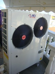 Αντλία θερμότητας χαμηλών θερμοκρασιών 13KW συνδεδεμένη στα σώματα καλοριφέρ στην Κατερίνη