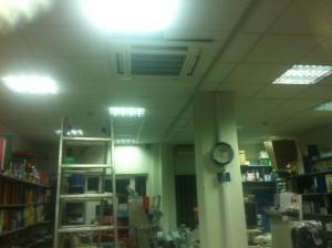 H inverter κασέτα οροφής στο βιβλιοπωλείο του κ. Γιάννη Σίμου