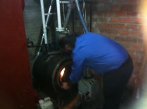Ο εξειδικευμένος τεχνικός της ADGREEN ρύθμισε τις παραμέτρους του καυστήρα