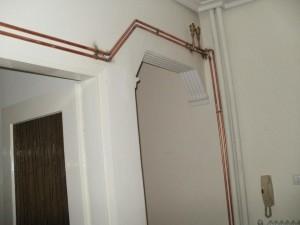 Οι εσωτερικές γραμμές που τραβήχτηκαν με χαλκοσωλήνα αυτονόμησαν το διαμέρισμα από την κεντρική θέρμανση με λέβητα πετρελαίου