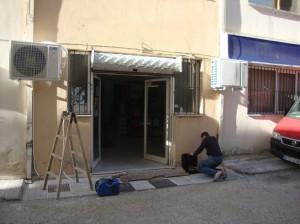 Οι εξωτερικές μονάδες των δύο κλιματιστικών στην εταιρία Μπακιρτζόγλου και ΣΙΑ στο κέντρο της Καστοριάς