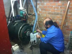 Ο εξειδικευμένος τεχνικός της ADGREEN ρύθμισε τις παραμέτρους του καυστήρα μέσω εξωτερικού χειριστηρίου