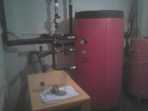 Στην εγκατάσταση τοποθετήθηκε και ένα δοχείο αδρανείας 500 λίτρων, το οποίο θα επιτρέπει στην αντλία θερμότητας να λειτουργεί ομαλότερα και οικονομικότερα